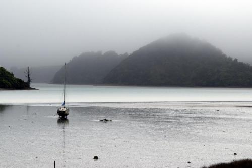 Ebbe und Segelschiff am Morgen