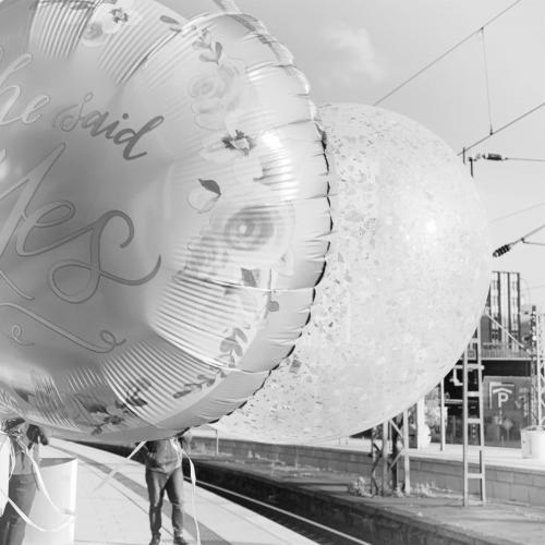 Luftballons am Bahnhof