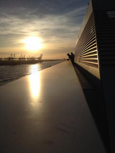 Auf dem Dockland am Hafen