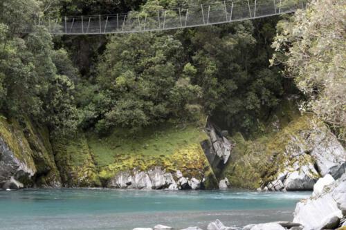 Neuseeland-Haengebruecke-Fluss